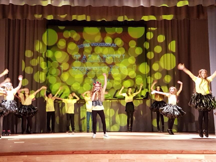 Talantu festivālā dzied, dejo, joko un zīmē.